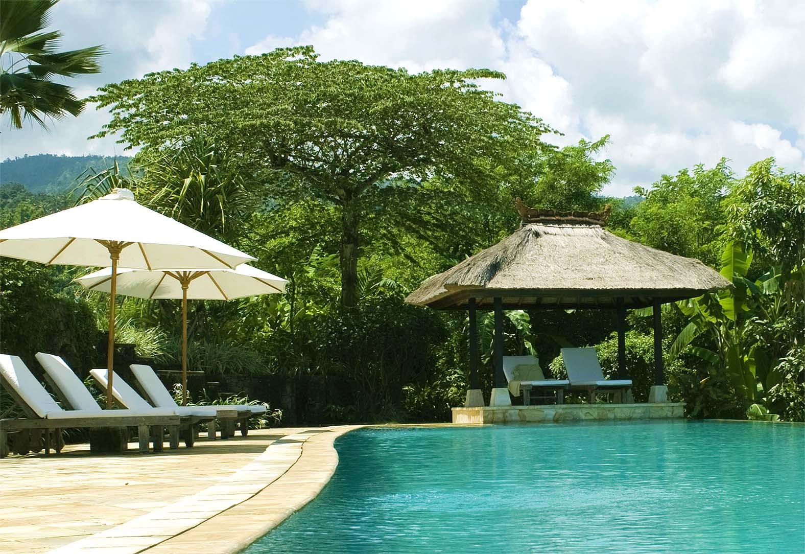 Pooldeck chairs infinity pool Villa Bali Breeze